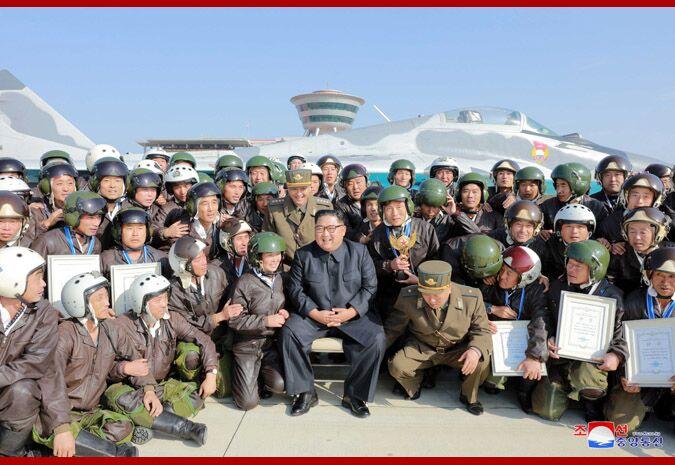 金正恩观摩朝鲜空军飞行大赛。
