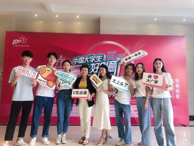 醉美猫团队和周琳老师(右四)及徐宁老师(左四)