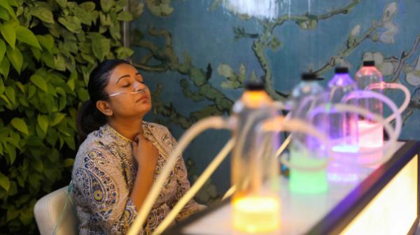 """印度民众花钱""""吸氧"""",网友质疑:富人才能呼吸新鲜空气?"""