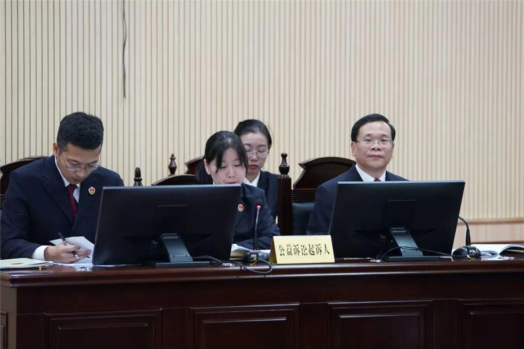 南宁市人民检察院检察长黄建波出庭支持公诉