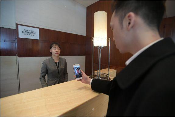 房客正在利用手机app扫脸核验身份信息图片