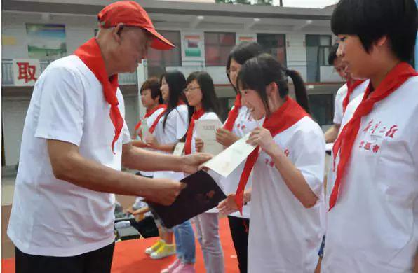 """河北省军区""""希望将军""""赵渭忠为希望工程志愿者颁发证书。《人民日报》首发募捐广告。"""