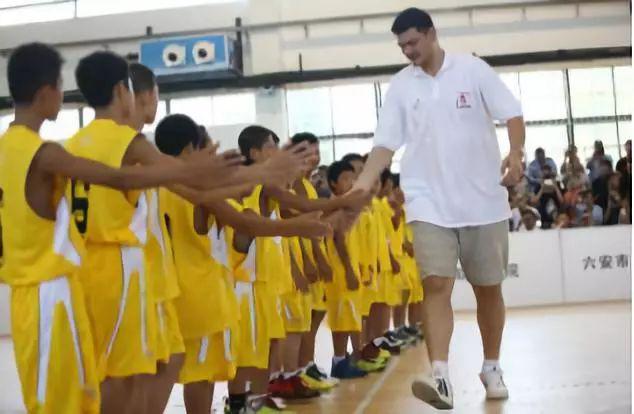 """""""姚明爱心基金""""自2008年始,累计捐赠逾亿元,开展""""姚基金希望小学篮球季""""等活动。"""