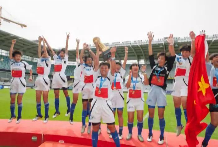 """2015年,""""中国希望工程海南女子足球队""""荣获""""哥德堡杯"""" 世界青少年足球锦标赛冠军。"""