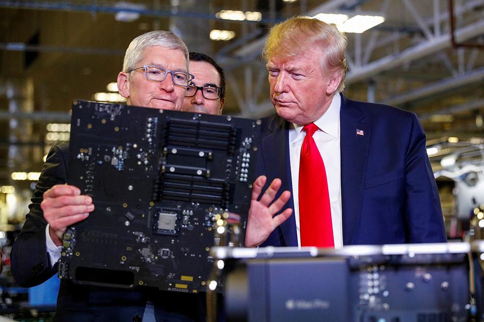当地时间2019年11月20日,美国得克萨斯州,美国总统特朗普在苹果公司首席执行官蒂姆·库克等人的陪同下参观当地的苹果Mac Pro制造工厂。 视觉中国 图