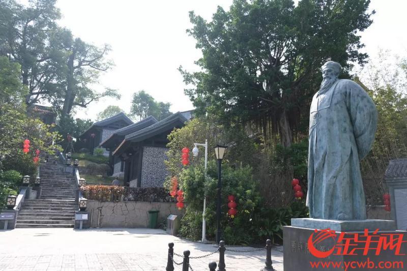 东坡祠门前的苏轼像 图/陈骁鹏 王锭铨