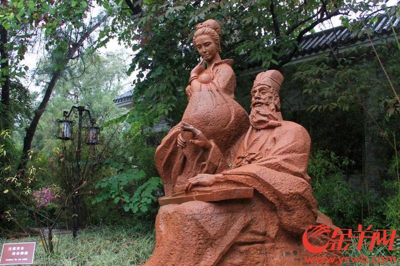西湖边的苏轼与朝云雕像 图/夏杨