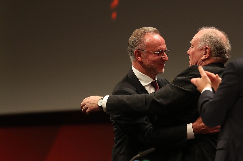 赫内斯和鲁梅尼格在拜仁年度大会上拥抱。