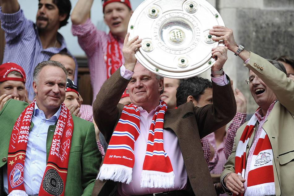 """赫内斯举起德甲冠军""""沙拉盘""""。"""