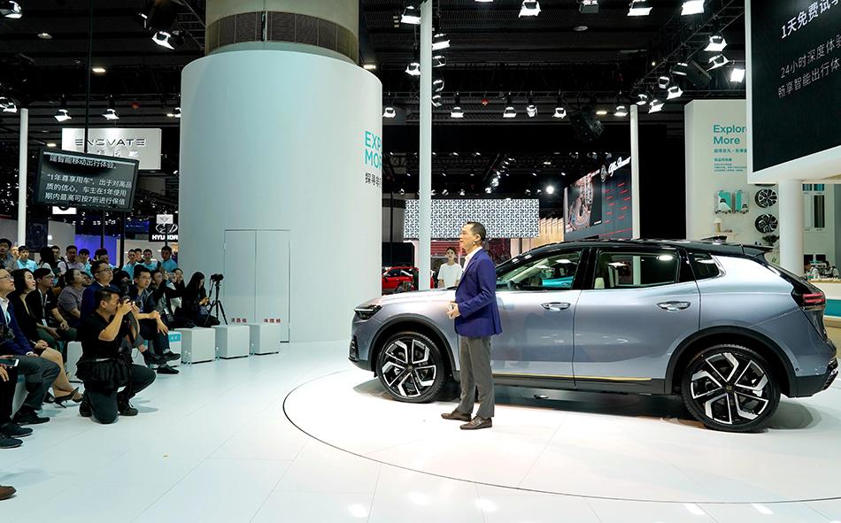 11月22日,天际汽车高管在新闻发布会上介绍ME7豪华智能电动SUV。 新华社 图