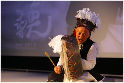 释比杨贵生在现场敲起了羊皮鼓。