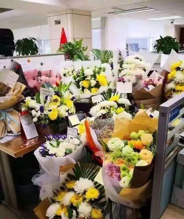 徐勇去世后,办公室工位上的鲜花。