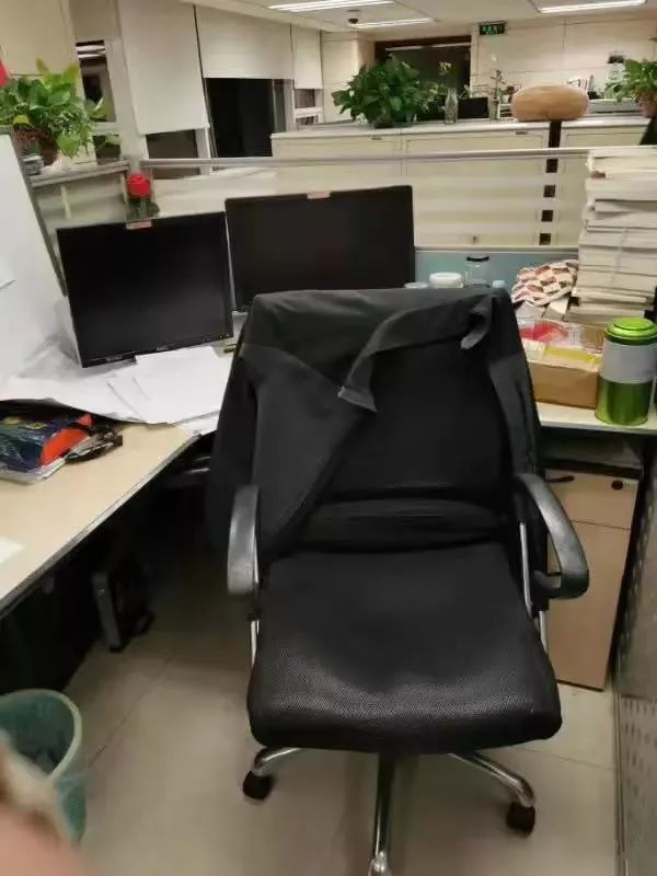 徐勇在工作岗位上突发心梗去世,外衣还搭在工位椅子上。