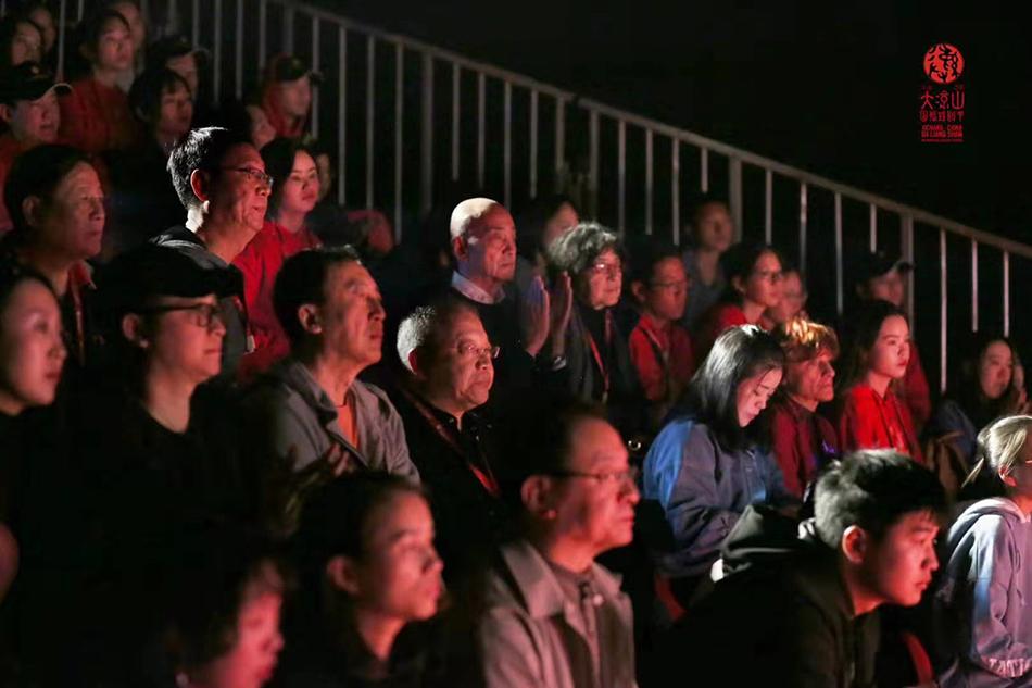 大凉山戏剧节的观众