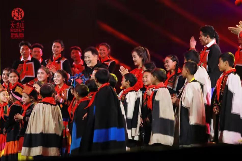 濮存昕和大凉山的孩子们一起登台表演。