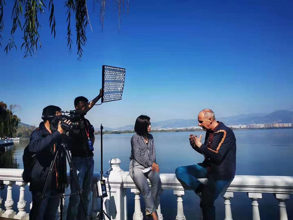 戏剧节发起人之一、英国Young Vic剧场总监提姆·亚当在邛海边接受采访
