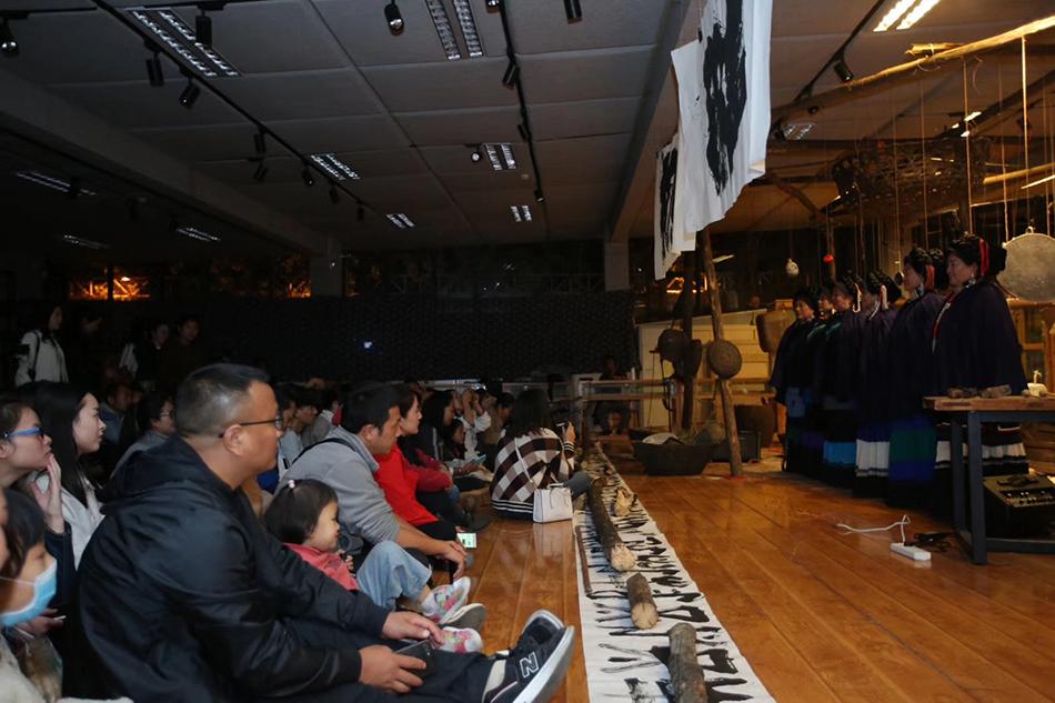 戏剧节体验彝族传统文化。