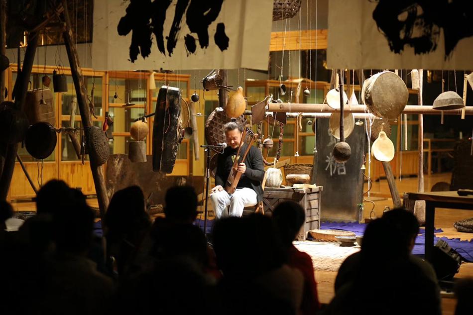 在戏剧节体验彝族传统文化。