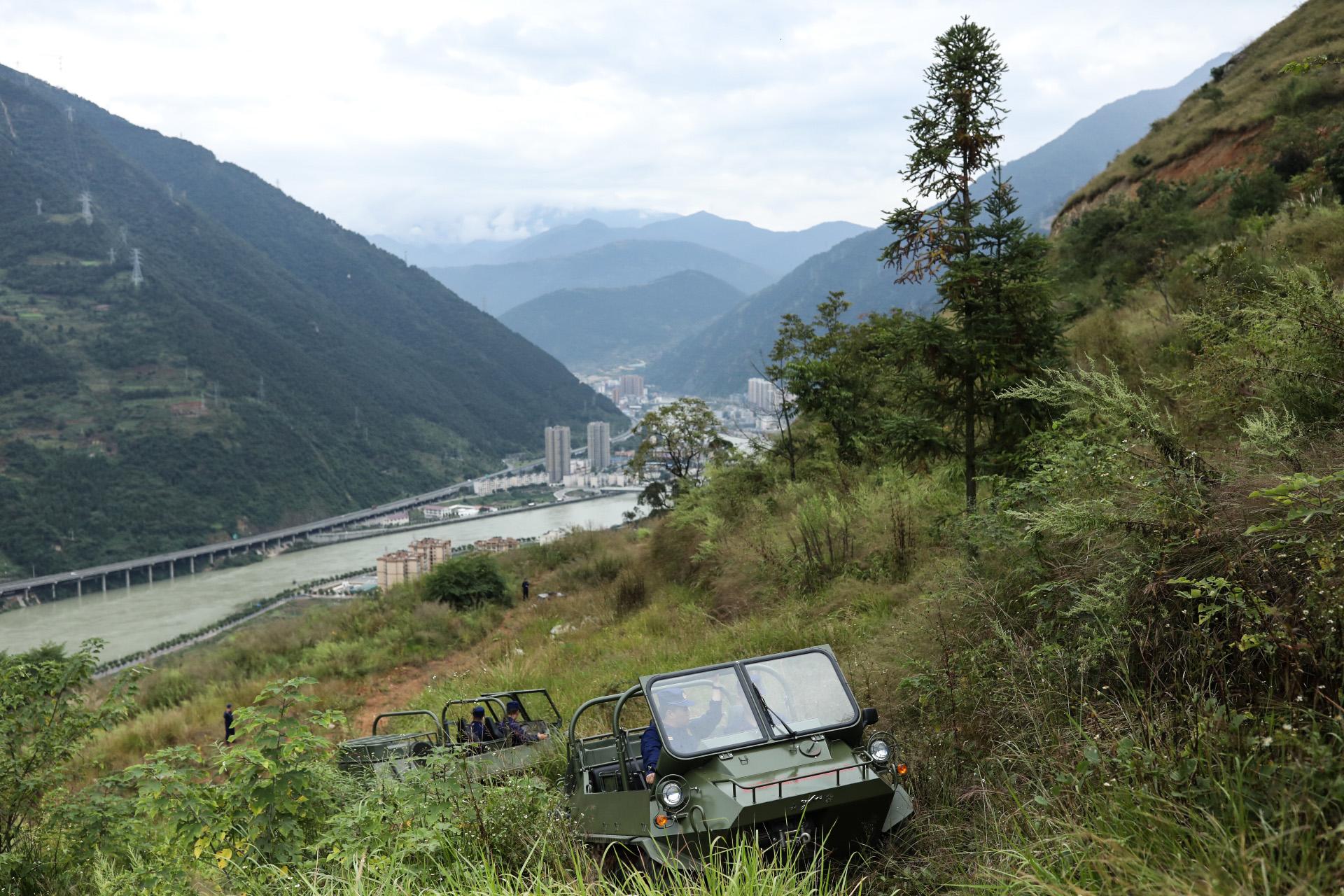 四川森林总队消防员【们】正【在】驾驶山猫【全】【地】形车训练。