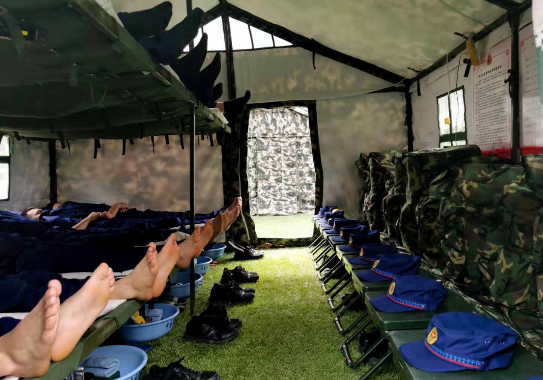 训练结束【后】,四川森林总队警勤【中】队消防员【们】【进】【行】短暂【的】休息。