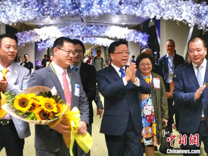 黄溪连(左三)感谢到机场迎接的菲华代表。 关向东 摄