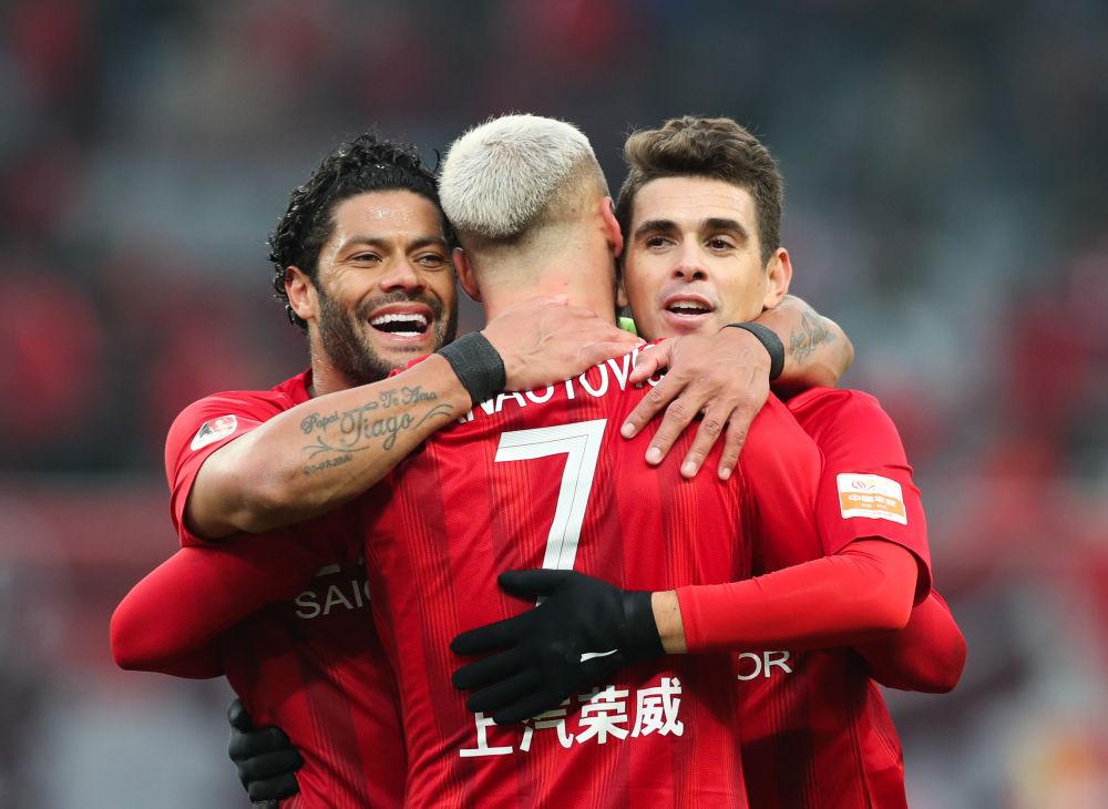 图为上海上港队球员阿瑙托维奇(中)与队友奥斯卡(右)、胡尔克在比赛中庆祝进球。新华社记者丁汀摄