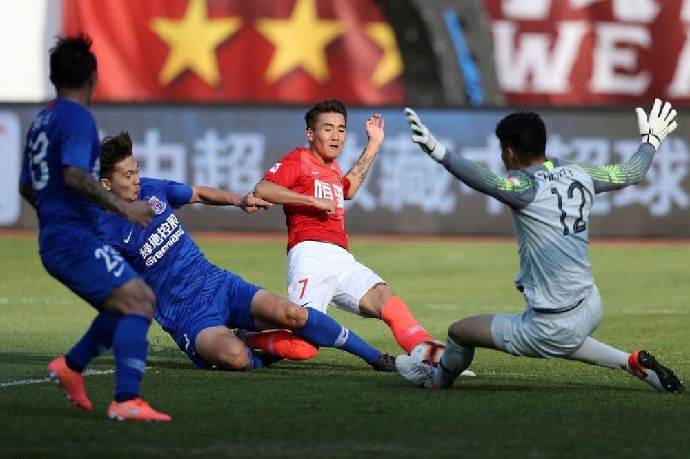 图为广州恒大淘宝队球员韦世豪(右二)在比赛中进攻。新华社记者李明摄