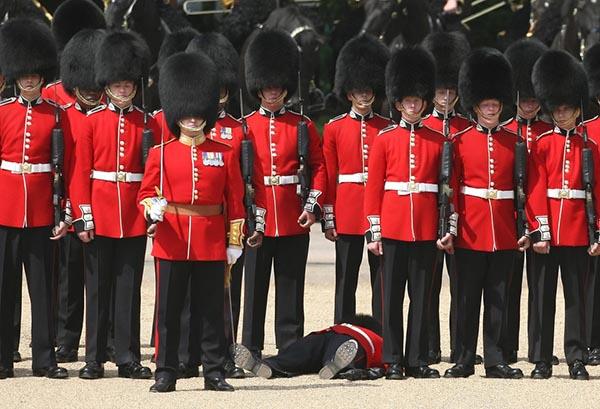 当个卫兵不容易,英国皇家卫兵对游客吐舌扮鬼脸或被罚