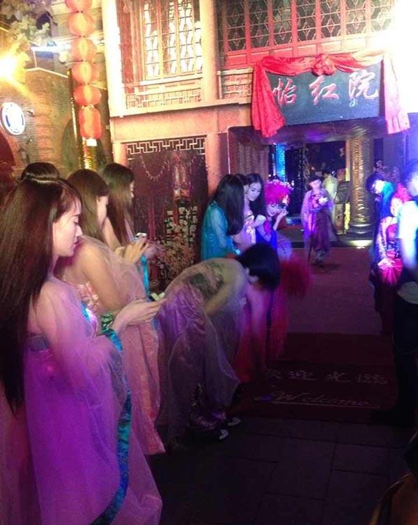 10女子着薄纱公开接客