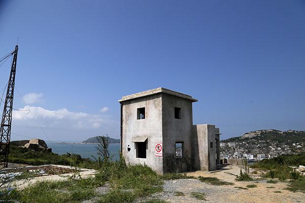 被炸掉的两栋房子只剩下简易的地基