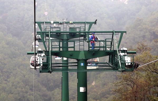 泰山索道支架下值班机电工的午饭:缆车空中投送