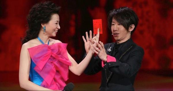 董卿和刘谦睡觉图 搞笑动态图片 刘谦董卿结婚照图片