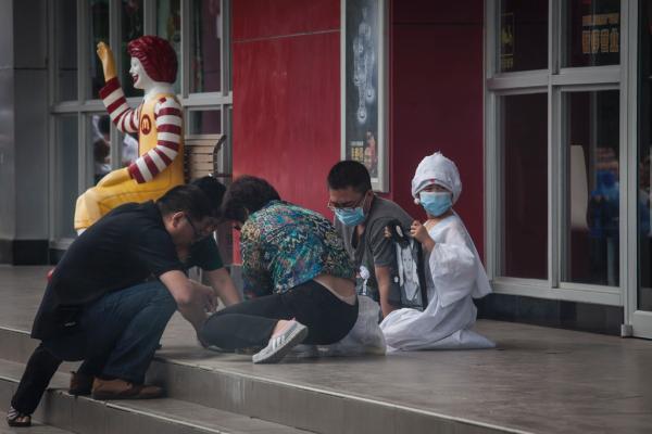 2014年6月3日,山东省招远市,受害人吴硕艳的儿子(穿白衣者),丈夫金