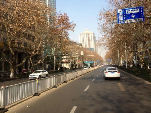 南京道路车辆减少(余阳 图)