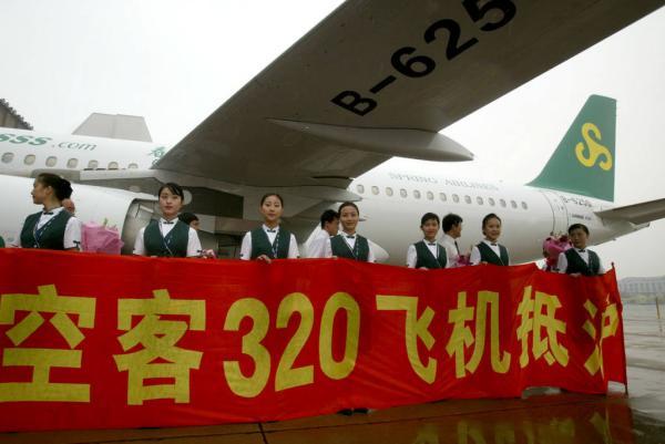 1月21日,春秋航空登陆上海证券交易所,成为中国航空业中民营资本的第一股。澎湃新闻(www.thepaper.cn)从该公司透露,本次上市将募资约17.55亿元,用于购置飞机和模拟机。春秋航空市场部总监张武安介绍,2015年将以每月增加一架飞机的速度扩大机队规模,预计飞机数量将在2015年达到60架。