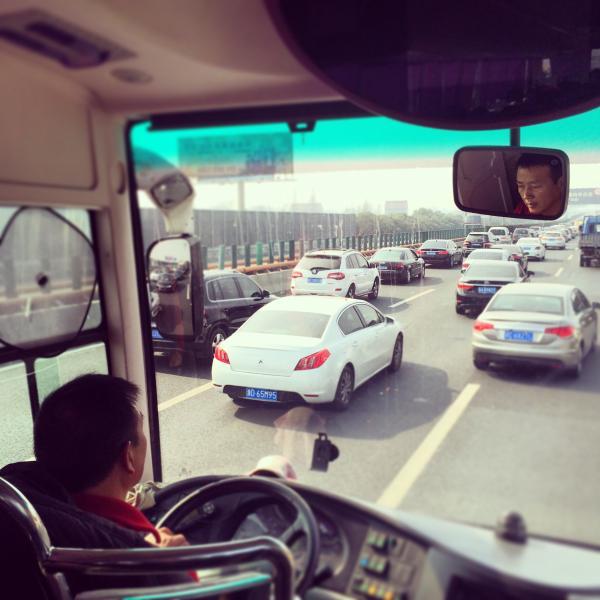 另外一张从大巴车里向外拍摄的照片显示,g56杭瑞高速杭州往黄山方向