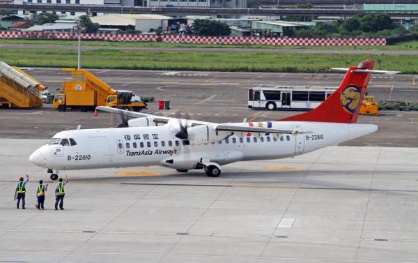 台民航部门要求复兴航空所有飞行员重考