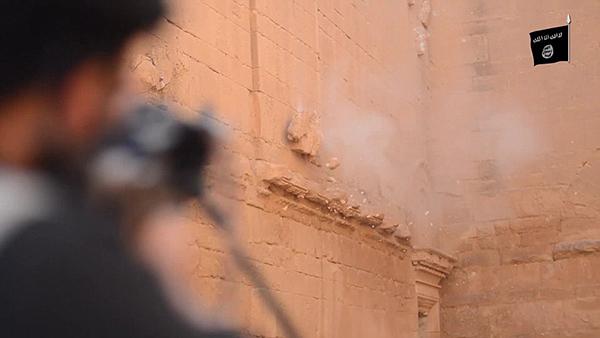 ISIS破坏伊拉克古城视频曝光 大槌敲雕塑,持枪扫射文物