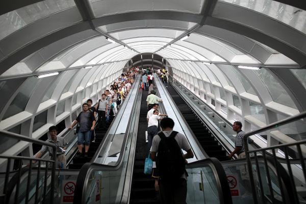深圳北站地铁换乘通道,彷如时光隧道,这是深圳市自己添加的设计.