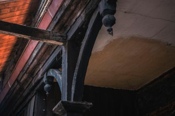 《老上海百业指南》显示,这栋建筑分前为两栋。现场看其石头门楣上有小字,写有光绪丁未九秋,后栋建筑体东侧入口上书安且吉兮。记者和摄影师在颍川寄庐的房顶上看到了一种Marseille法国品牌的人字型规格瓦片。该瓦片广泛销售于法国、地中海、土耳其、西印度、南美和欧洲。颍川寄庐使用瓦片,上有一匹奔跑的小马驹Logo。经查询,该品牌的房屋瓦片,因分属不同子品牌公司而出现不同的有趣Logo。比如马的瓦上印有LES