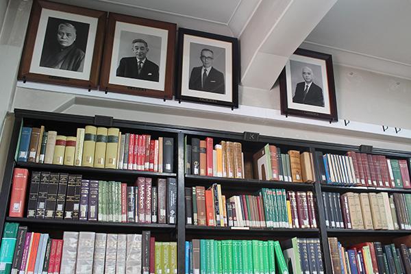 现东京大学印度文学研究室内景,墙上挂的是梵文教席历任教授纪念照,从左至右分别是:高楠顺次郎、辻直四郎、原实、土田龙太郎