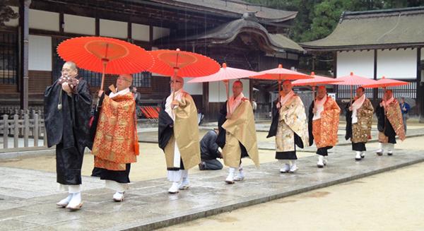 在高野山金刚峰寺进行法事活动的日本密宗(真言宗)僧侣