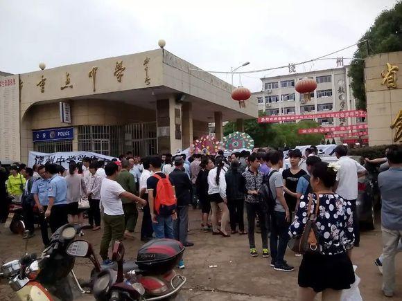 江西鄱阳县饶州中学高三男生看女生洗澡被追至坠亡