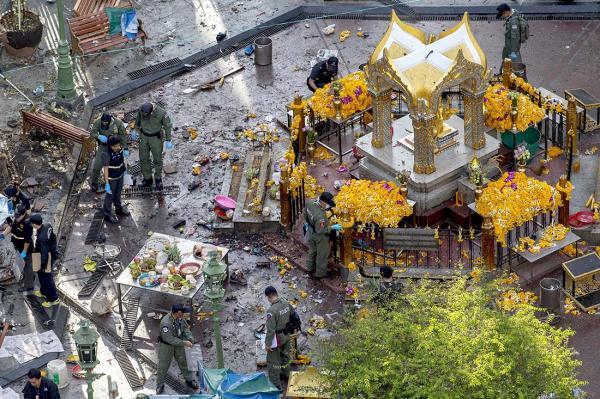 8月18日上午,泰国首都曼谷市中心的四面佛周围一片狼藉,警方调查人员