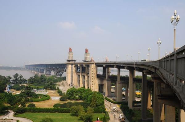 有关部门正在对南京长江大桥封闭维修的可行性进行