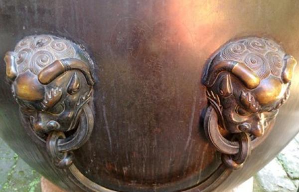 """故宫三百年铜缸被情侣刻字""""秀恩爱"""":已报警"""