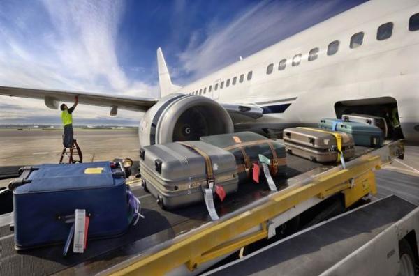 行李员将推车推进飞机