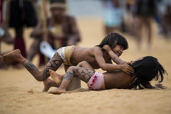 赛事承办地巴西从1996年就开始在全国范围举办土著人运动会,而与众不同的是,比赛项目的决定权并不归由赛事组委会,而是由部落酋长决定。据新华社报道,比赛哪天开始、怎样进行,媒体申请采访、拍照,这些都需要部落酋长的许可。