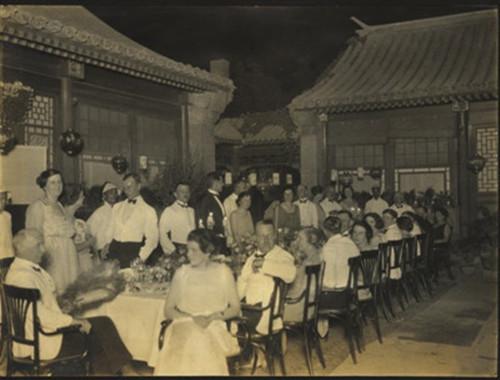 清后期西方人在北京中式庭院内的西式晚宴