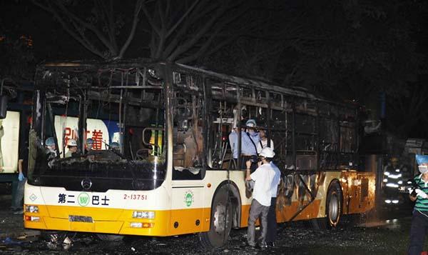 南敦和路口南向方向一台公交车着火,截至22时30分,事件共造成2人死亡